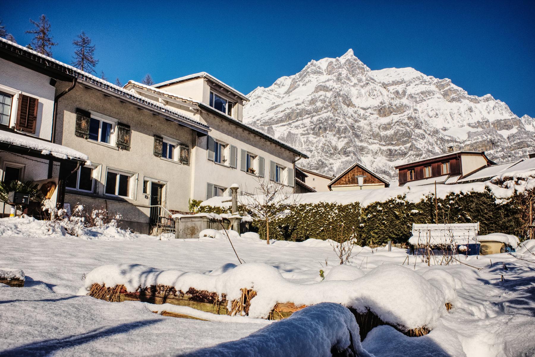 Lambda Zen Temple im Winter mit dem Berg Wiggis im Hintergrund