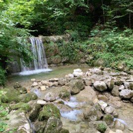 wasserfall neben dem zen kloster