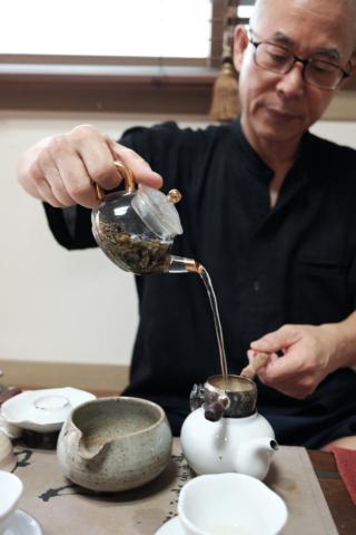 Zen Master Pohwa Sunim, tea ceremony at his home temple